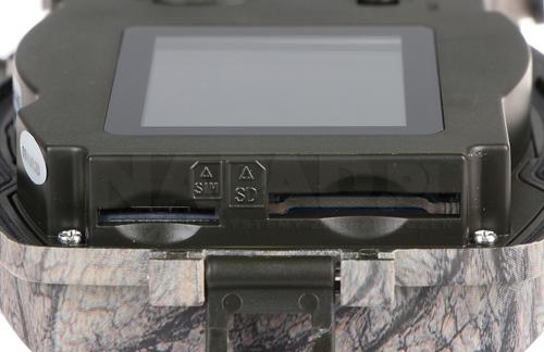 Fotopułapka wyposażona w slot pamięci.
