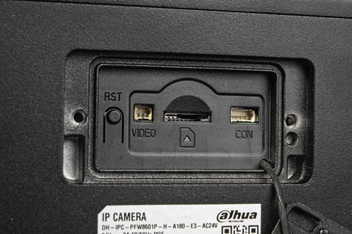 Slot na kartę pamięci microSD.