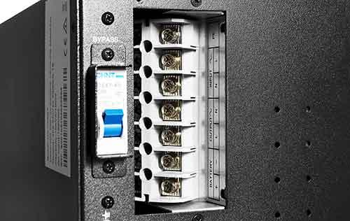 Terminal połączeniowy w zasilaczu awaryjnym UPS10000 VA RT