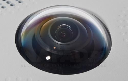 Zaawansowany technologicznie obiektyw fish-eye.