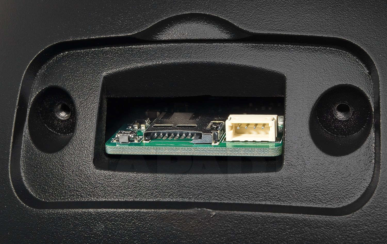 Slot na kartę microSD.