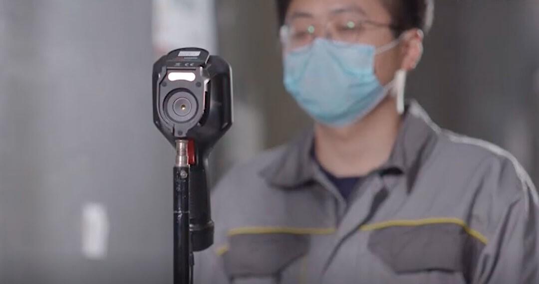 Przykład montażu kamery na statywie.