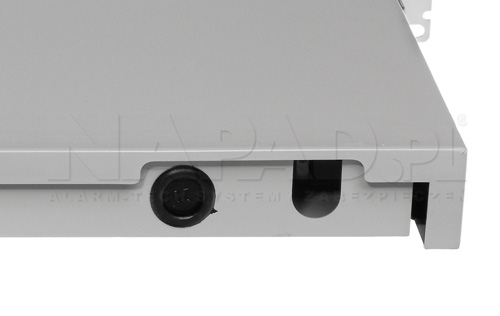 Otwory w przełącznicy RACK do wprowadzania przewodów optycznych.