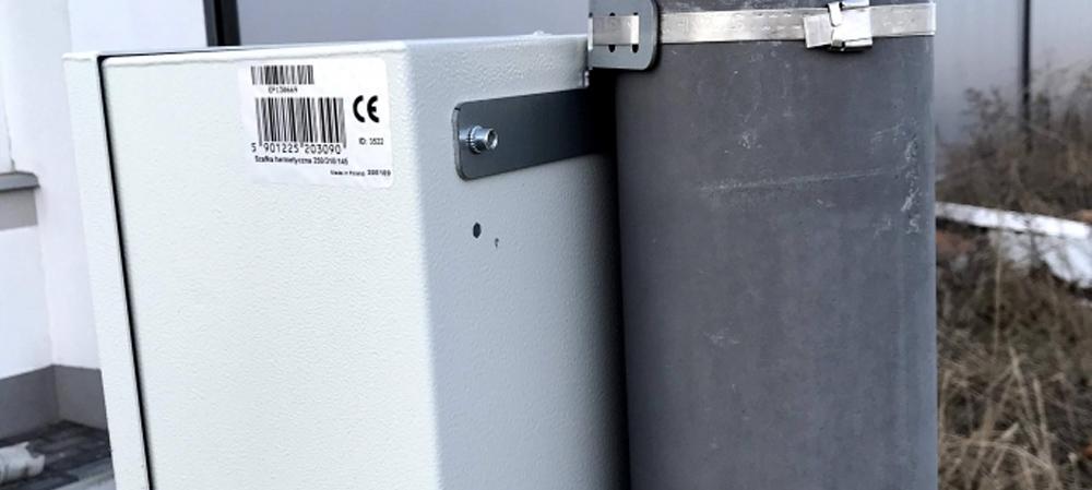 Praktyczne zastosowanie uchwytu na słup do szafek hermetycznych.