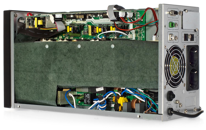 Wnętrze zasilacza UPS 1000 LCD