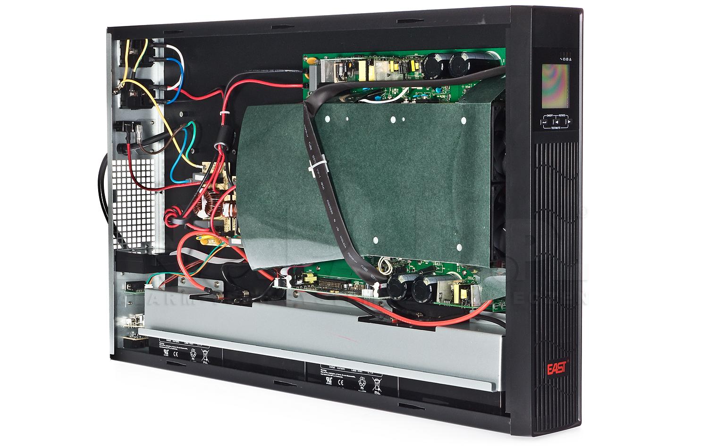 Wnętrze zasilacza UPS 2000RT RACK